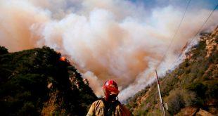 Los bomberos luchan contra el incendio Woolsey en Malibu, California, el 11 de noviembre de 2018. REUTERS/Eric Thayer