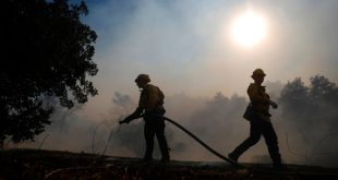 Bomberos combaten el fuego en Simi Valley, California, EEUU. 12 de noviembre de 2018. REUTERS/Eric Thayer