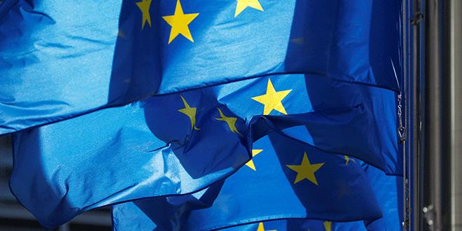 En la imagen de archivo, banderas de la UE fuera de la sede de la Comisión Europea en Bruselas. REUTERS/Francois Lenoir