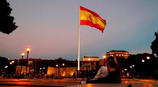 La bandera española ondea en el centro de Madrid, el 27 de octubre de 2017. REUTERS/Paul Hanna
