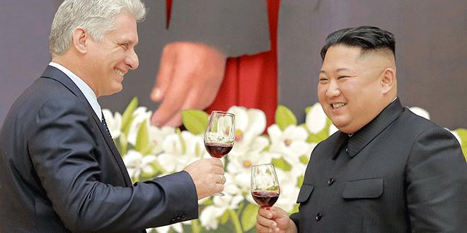 El líder norcoreano Kim Jong Un reacciona con el presidente cubano, Miguel Díaz-Canel, durante su visita a Pyongyang, en esta foto del 4 de noviembre de 2018 publicada el 5 de noviembre de 2018 por la Agencia Central de Noticias de Corea del Norte (KCNA)