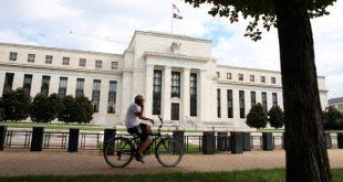 Un ciclista pasa frente a la Reserva Federal en Washington, EEUU, el 22 de agosto de 2018. REUTERS/Chris Wattie