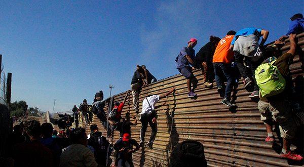 Pentágono evalúa prorrogar hasta el 31 de enero presencia del Ejército en frontera sur por la masiva presencia de migrantes centroamericanos/Reuters