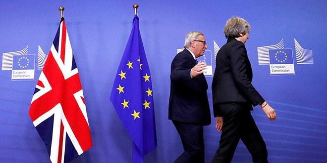 En la imagen, la primera ministra británica, Theresa May, y el presidente de la Comisión Europea, Jean-Claude Juncker, abandonan una sala tras hablar sobre el Brexit, en la sede de la Comisión en Bruselas, el 21 de noviembre de 2018.  REUTERS/Yves Herman