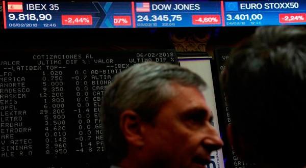 Operadores cerca de la pizarra con las cotizaciones de las compañías españolas en la Bolsa de Madrid el 6 de febrero de 2018. REUTERS/Susana Vera