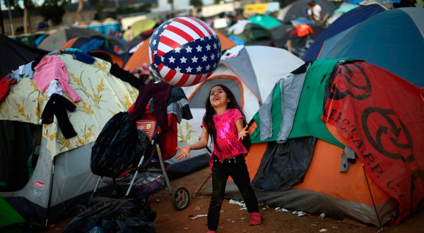 Julisa, de 6 años, parte de una caravana de miles de personas que viajan desde América Central hacia Estados Unidos, juega con una pelota dentro de un refugio temporal en Tijuana, México, 27 de noviembre de 2018. REUTERS/Edgard Garrido