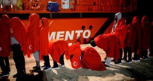 """Mujeres migrantes esperan para subirse al buque de rescate """"Mastelero"""" en el puerto de Málaga, 12 de octubre de 2018. REUTERS/Jon Nazca"""