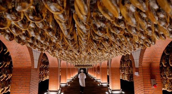 Un empleado en una bodega de jamón, producto que será exportado a China. REUTERS/Marcelo del Pozo