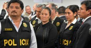 La líder opositora peruana Keiko Fujimori es escoltada por funcionarios de la policía después de que un juez ordenó su prisión preventiva. Cortesía de Palacio de Justicia/Distribuida a través de REUTERS