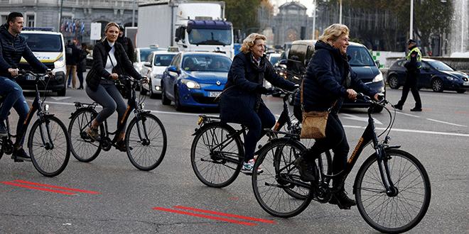 Ciclistas pasan por la Plaza Cibeles el primer día de una ordenanza de la ciudad para prohibir ciertos vehículos sin la etiqueta adecuada de acuerdo con sus emisiones en Madrid, España, 30 de noviembre de 2018. REUTERS / Paul Hanna
