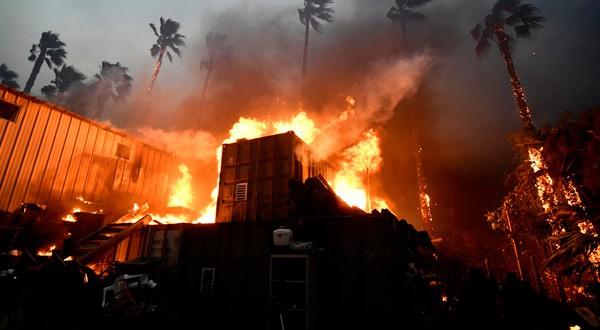 Un hogar envuelto en llamas durante el incendio de Woolsey en Malibú, California, EEUU. 9 de noviembre de 2018. REUTERS/Gene Blevins