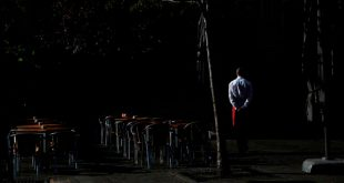 Un camarero espera la llegada de clientes en una terraza en Madrid el 4 de abril de 2017. REUTERS/Susana Vera