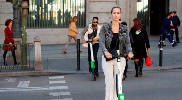 En la imagen de archivo, dos usuarias de patinetes eléctricos en Madrid. REUTERS/Paul Hanna