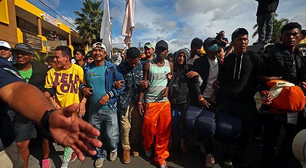 Como respuesta a las amenazas de Donald Trump, migrantes abandonaron refugio en Tijuana para instalarse en paso fronterizo con EEUU/Reuters