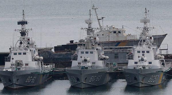 """Líderes de la UE consideran nuevas sanciones contra Rusia, mientras el secretario general de la ONU llama a """"reducir las tensiones"""". En la imagen, barcos de la guardia fronteriza ucraniana atracados en el puerto de Odessa en el Mar Negro, Ucrania, 26 de noviembre de 2018. Reuters/Yevgeny Volokin"""