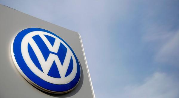 Imagen de archivo del logo de Volkswagen en un concesionario de la empresa en Glenview, EEUU. REUTERS/Jim Young