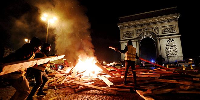 """Manifestantes prenden fuego durante las protestas del """"chaleco amarillo"""" contra los mayores precios del combustible en los Campos Elíseos en París, Francia, el 24 de noviembre de 2018. REUTERS / Benoit Tessier"""