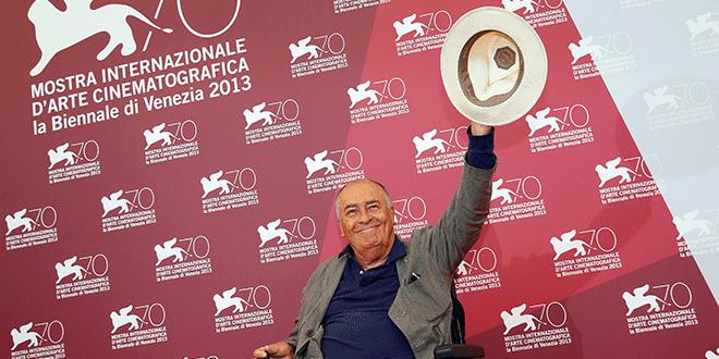 Bernardo Bertolucci, director italiano y presidente del jurado en el 70º Festival de Cine de Venecia, durante una sesión de fotos en el festival en Venecia el 28 de agosto de 2013. REUTERS / Alessandro Bianchi / Foto de archivo