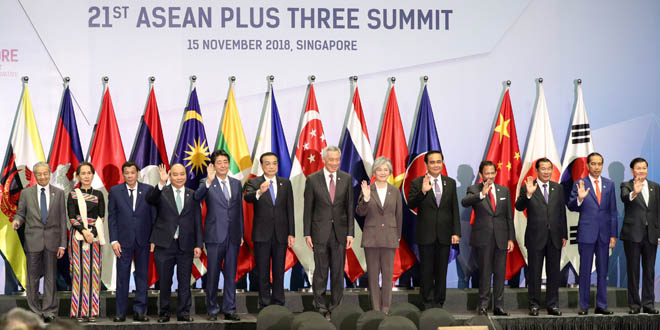 Foto de grupo de líderes  en la Cumbre de ASEAN Plus Three (APT) en Singapur, 15 de noviembre de 2018.