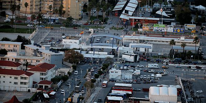 Los peatones y los conductores cruzan la frontera entre España (arriba) y el territorio británico de Gibraltar, históricamente reclamado por España, 15 de noviembre de 2018. REUTERS / Jon Nazca