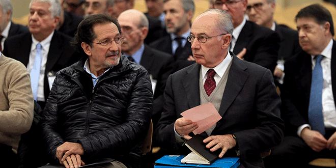 El ex jefe del FMI, Rodrigo Rato, se sienta junto al ex miembro de la junta directiva de Bankia, José Antonio Moral Santin, y otros ex funcionarios de Bankia, al inicio de un juicio en el Tribunal Superior de España. 26 de noviembre de 2018. Fernando Alvarado / Pool vía REUTERS