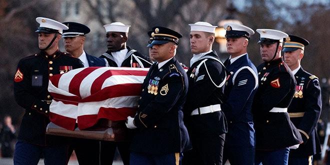 Militares llevan el ataúd del expresidente George H. W. Bush