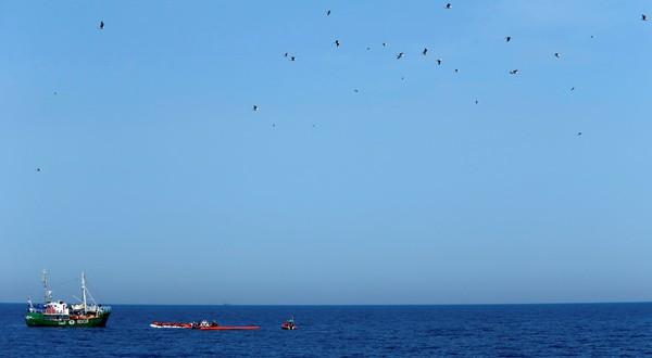 En la imagen, los barcos de recate de la ONG Sea-Eye, MOAS y Jugend Rettet Iuventa en una operación de rescate en el Mediterráneo en aguas internacionales, 16 de abril de 2017. REUTERS