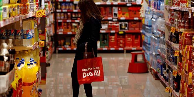 Una mujer comprando en un supermercado. Foto: REUTERS / Sergio Perez / Foto de archivo