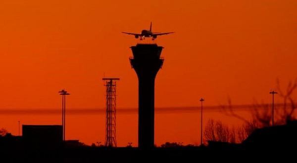 En la imagen, un avión de pasajeros se prepara para aterrizar en Luton, el 7 de enero de 2018. REUTERS/Peter Cziborra