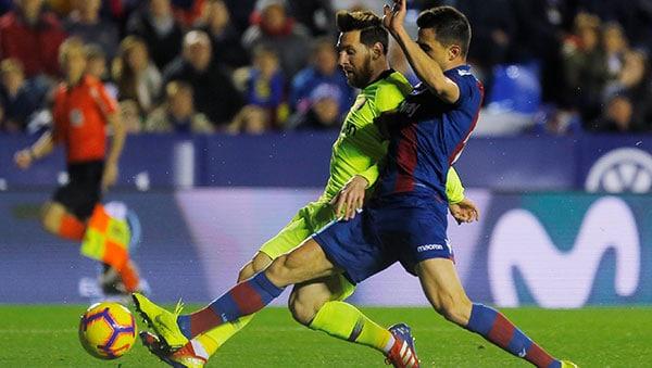 Lionel Messi anota su segundo gol/REUTERS/Heino Kalis