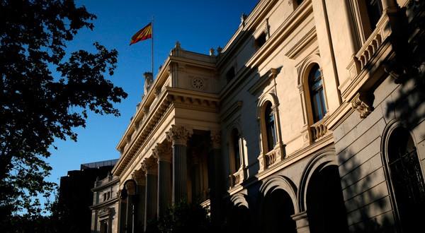Una bandera española ondea en lo alto del edificio de la Bolsa de Madrid el 1 de junio de 2016. REUTERS/Juan Medina