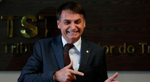 Imagen de archivo del presidente electo de Brasil, Jair Bolsonaro, haciendo un gesto durante una reunión en el Tribunal Superior del Trabajo en Brasilia, Brasil. 13 de noviembre, 2018. REUTERS/Adriano Machado