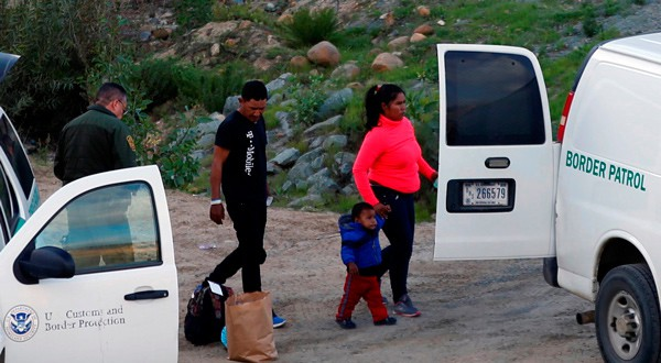 Funcionarios de la Oficina de Aduanas y Protección Fronteriza detienen a migrantes tras saltar una cerca para ingresar ilegalmente a Estados Unidos desde México en el condado de San Diego, Estados Unidos, 27 de diciembre de 2018. Fotografía tomada desde Tijuana, México. REUTERS/Mohammed Salem