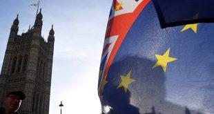 La primera ministra británica Theresa May muestra las consecuencias de un Brexit sin acuerdo, luego del 29 de marzo de 2019/Reuters