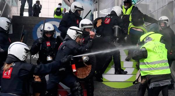 """En la imagen, manifestantes y policía durante la protesta de """"chalecos amarillos"""" en Bruselas, Bélgica, el 8 de diciembre de 2018. REUTERS/Yves Herman"""