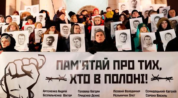 En la imagen, participantes en una manifestación a favor de los marineros y otros prisioneros ucranianos arrestados en Rusia y Crimea por motivaciones políticas, según los organizadores de la marcha, el 17 de diciembre de 2018 en Kiev, la capital ucraniana. REUTERS/Valentyn Ogirenko
