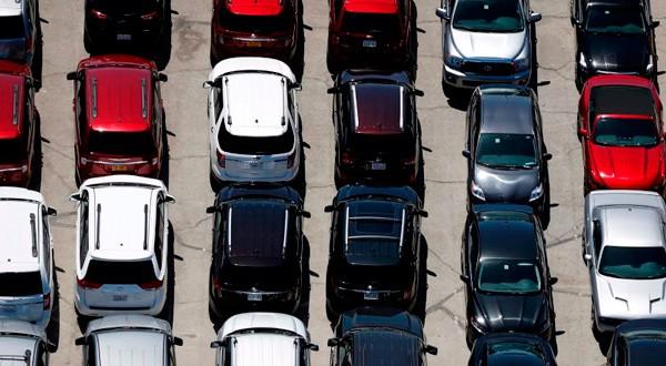 En la imagen, vehículos aparcados en Palm Springs, California, EEUU, el 13 de abril de 2015. REUTERS/Lucy Nicholson