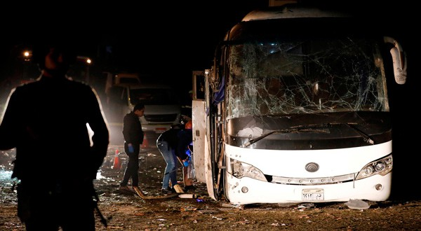Policías observan los restos de un autobús tras sufrir una explosión en Giza. Egipto, dic 28, 2018. REUTERS/Amr Abdallah Dalsh