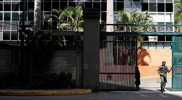 Un soldado venezolano hace guardia en un centro de votación en Caracas durante las elecciones municipales/REUTERS/Marco Bello