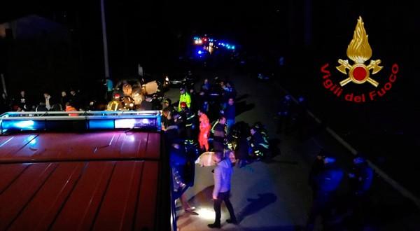 En la imagen, personal de los servicios de emergencia atiende a las víctimas de una estampida en un club nocturno en Corinaldo, Italia, el 8 de diciembre de 2018, Vigili del Fuoco/Handout via REUTERS