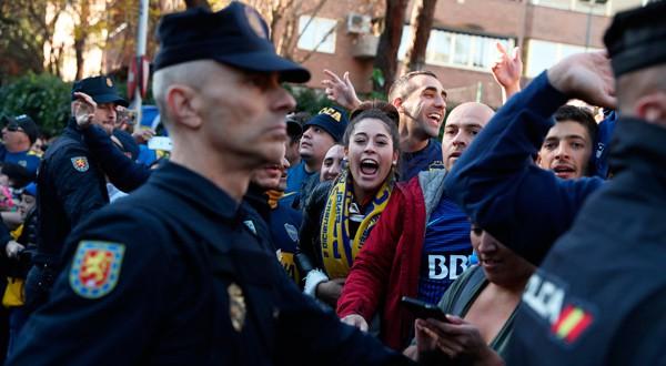 En la imagen, seguidores del Boca Juniors rodeados de policías en las puertas del hotel en el que se aloja el equipo en Madrid el 8 de diciembre de 2018. REUTERS/Susana Vera
