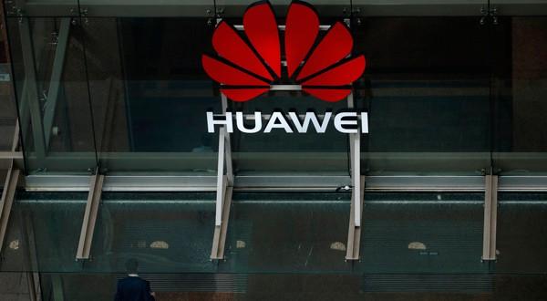 En la imagen de archivo, un hombre entra en las oficinas de la compañía de telecomunicaciones Huawei en Auckland, Nueva Zelanda, 30 de octubre del 2018. REUTERS/Phil Noble