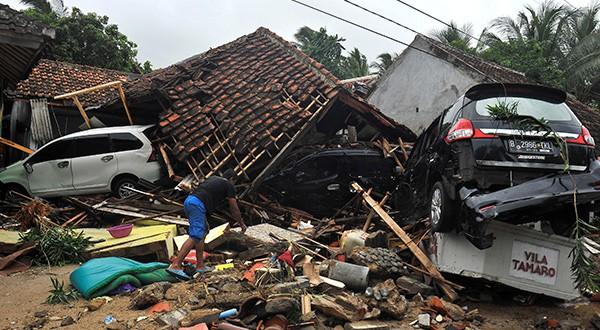 Otra vez un tsunami en Indonesia lleva la muerte en días de Navidad. En esta ocasión al menos 222 personas fallecieron en Sunda/Reuters