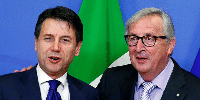 El primer ministro italiano, Giuseppe Conte, posa para una fotografía junto al presidente de la Comisión Europea, Jean-Claude Juncker, antes de una reunión en la sede de la comisión en Bruselas, Bélgica. 12 de diciembre, 2018. REUTERS/Francois Lenoir