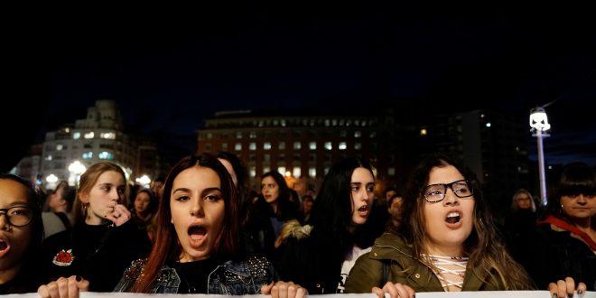 """Luego de que tres de cinco magistrados del Tribunal Superior de Justicia de Navarra confirmaron su condena de 9 años de prisión contra los integrantes de """"La Manada"""", la Fiscalía de Navarra solicitó este viernes prisión """"inmediata"""". En la imagen una de las tantas protestas que se han dado/Reuters"""