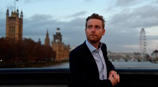 """En la imagen, James McGrory, el director de la campaña People's Vote (""""Voto del Pueblo"""") en el puente de Lambeth en Londres, Reino Unido, el 29 de noviembre de 2018. REUTERS/Toby Melville"""