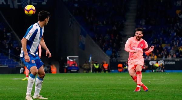 En la imagen, Lionel Messi lanzando la falta que supuso el cuarto gol del Barcelona ante el Espanyol en Cornellá, Barcelona, el 8 de diciembre de 2018. REUTERS/Albert Gea