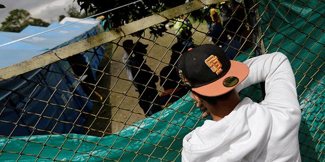 Un hombre venezolano mira dentro de un campamento temporal para inmigrantes venezolanos en Bogotá, Colombia, 19 de noviembre de 2018. Fotografía tomada el 19 de noviembre de 2018. REUTERS / Luisa Gonzalez