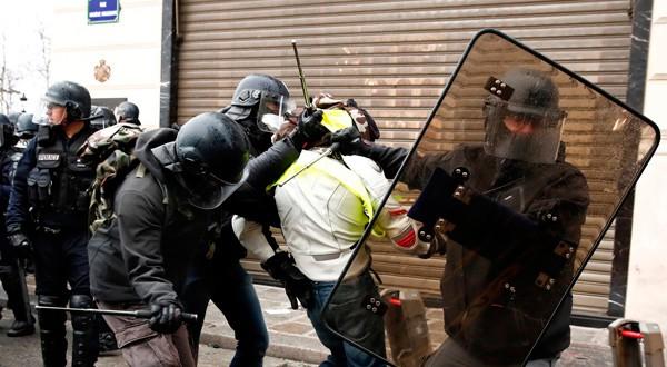 """En la imagen, la policía francesa retiene a un manifestante durante la jornada nacional de protestas del movimiento """"chalecos amarillos"""" en París, el 8 de diciembre de 2018. REUTERS/Christian Hartmann"""