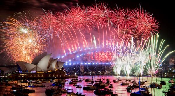 Fuegos artificiales iluminan el cielo en la Bahía de Sydney. REUTERS
